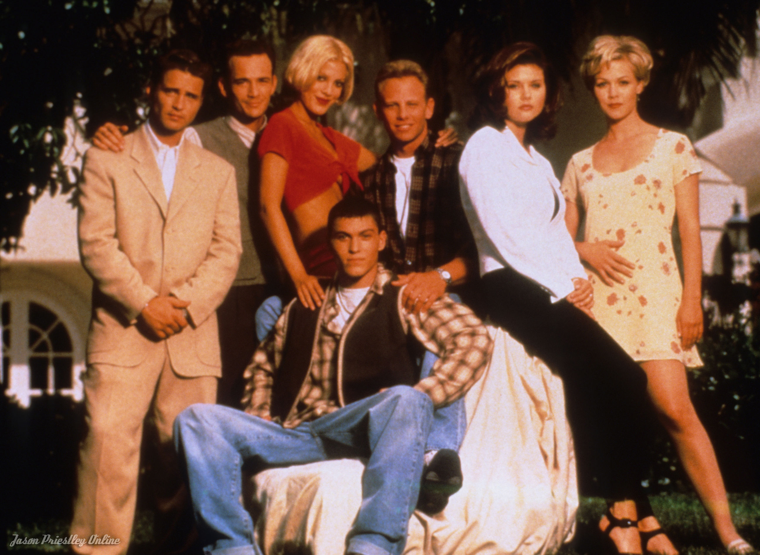 beverly hills 90210 cast dating Kelly appears prominently in a majority of the shows which compose the beverly hills, 90210 franchisein addition to her role in launching the spin-off melrose place, garth was the first performer from the original show to be cast in the third spin-off, 90210.